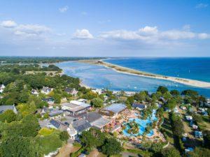 Camping Le Letty - Vue de la piscine et des emplacements vue mer